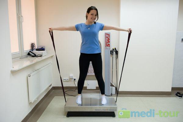 Pacjentka podczas terpaii BMS na platformie wibracyjnej BMS bestvibe // classic®
