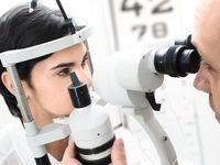 Pacjent podczas badania okulistycznego.